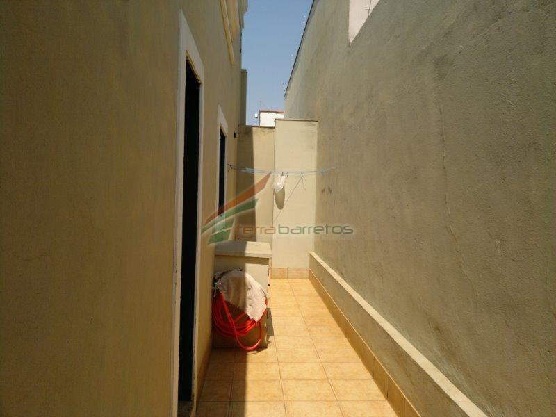casa com 2 dormitórios, sendo 1 suíte com closet, 1 banheiro, 3 salas, copa, cozinha, lavanderia,...