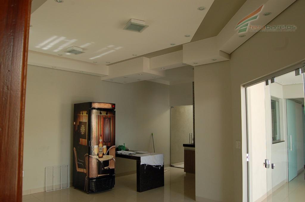 casa com 01 suite, banheiro social, cozinha, área de serviço, closet, jardim de inverno, sala ampla,...
