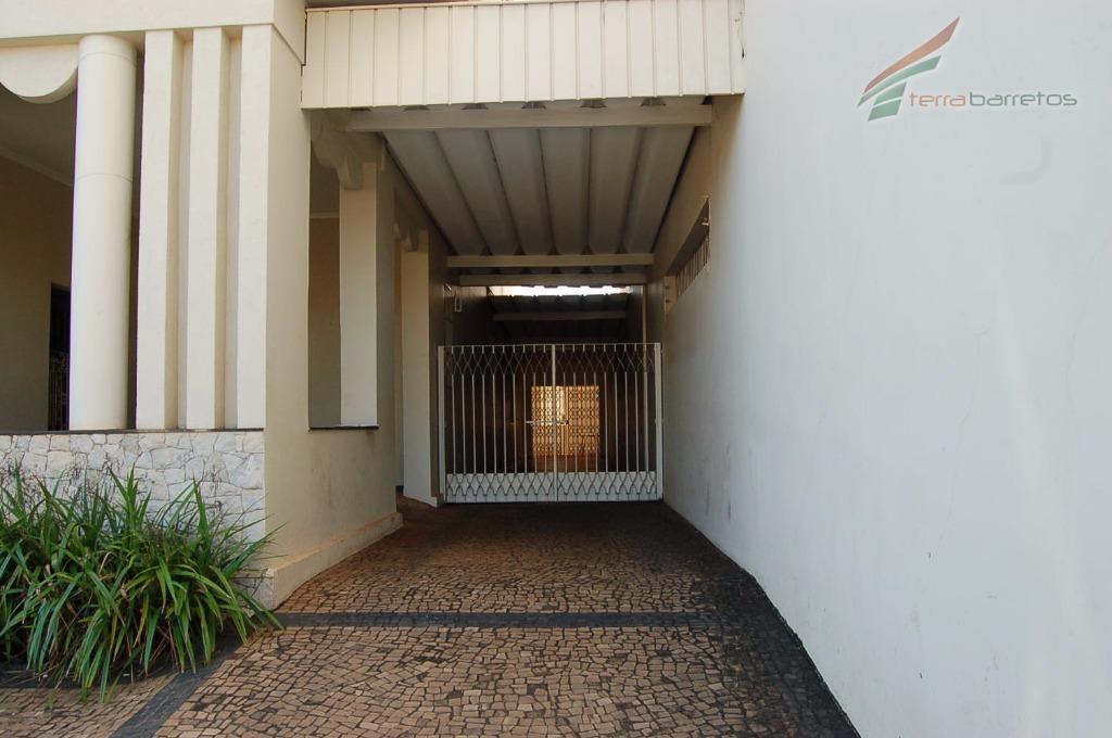 piso inferior: 03 salas, 03 banheiros, 03 dormitórios, cozinha, área de serviço e garagem para 4...