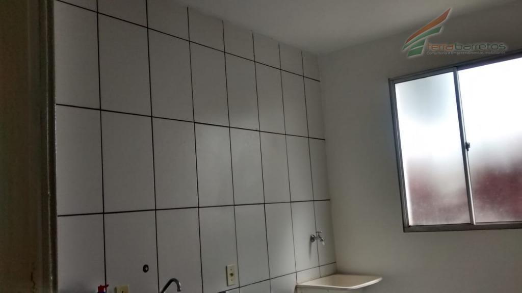 apartamento térreo com 1 dormitório, sala, cozinha, w.c. social e 1 vaga de garagem coberta.armários na...