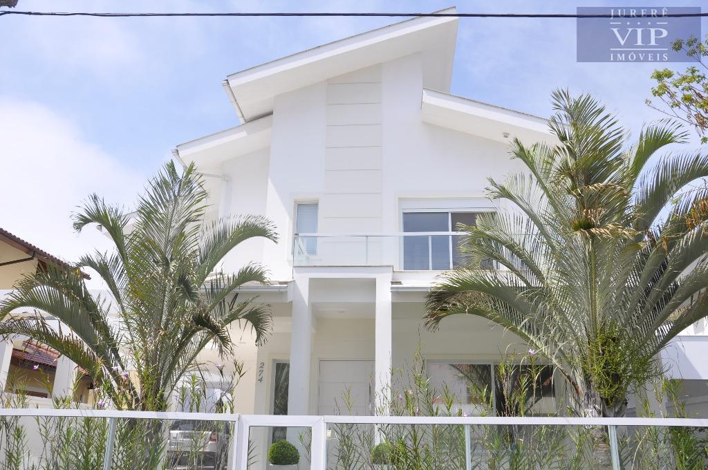 Linda casa a 50 metros do mar com 6 dormitórios, sendo 4 suítes.