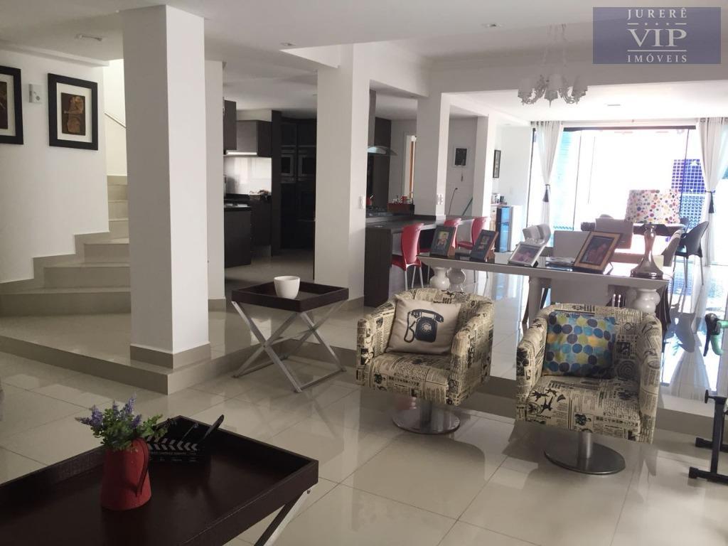 casa muito bem localizada em jurerê internacional, com 300m² de área construída, com amplas suítes, sala...