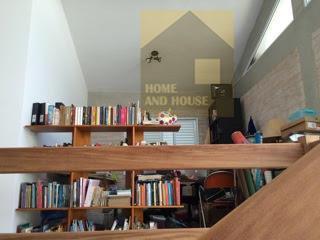 casa moderna, pé direito amplo, mezanino, tijolinho aparente dando um toque mais rustico, porta pivotante, cozinha...