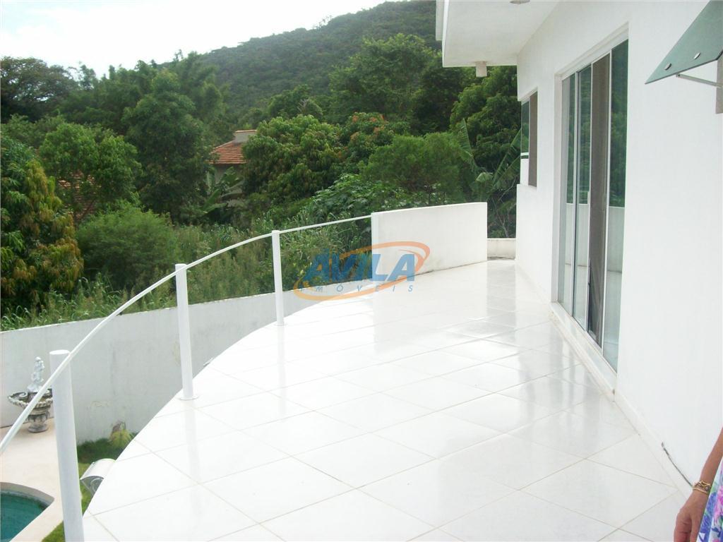 residência com excelente área externa com piscina, churrasqueira, jardim. ambientes amplo e ensolarados. condomínio com segurança...