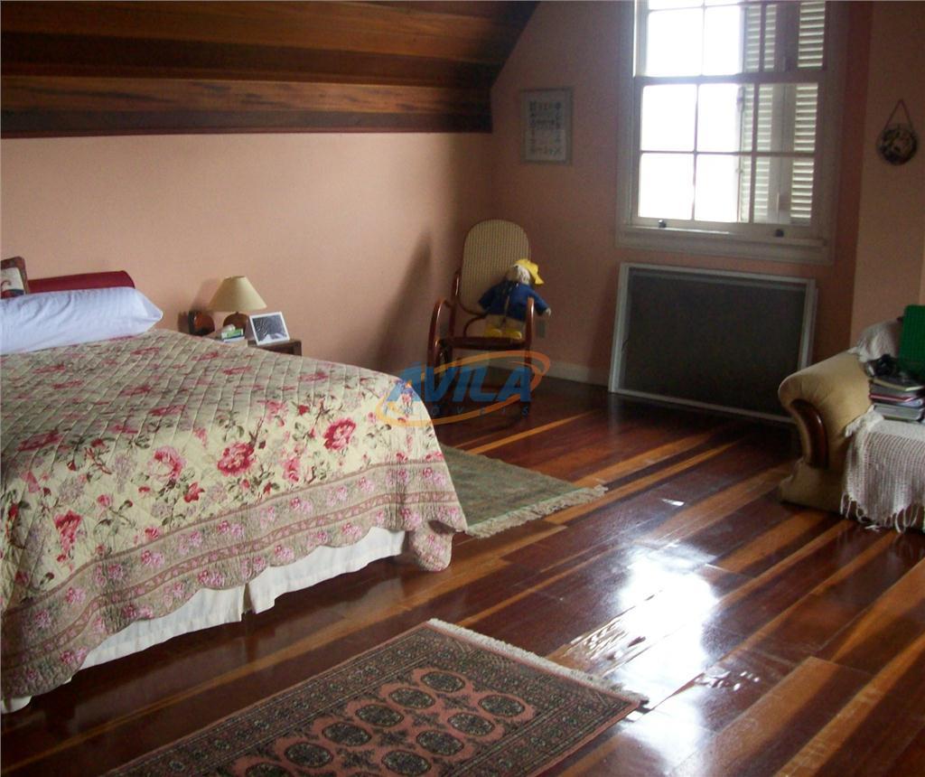 casa em ótimo estado, com um amplo terreno e linda vista. possui 2 salas de estar...