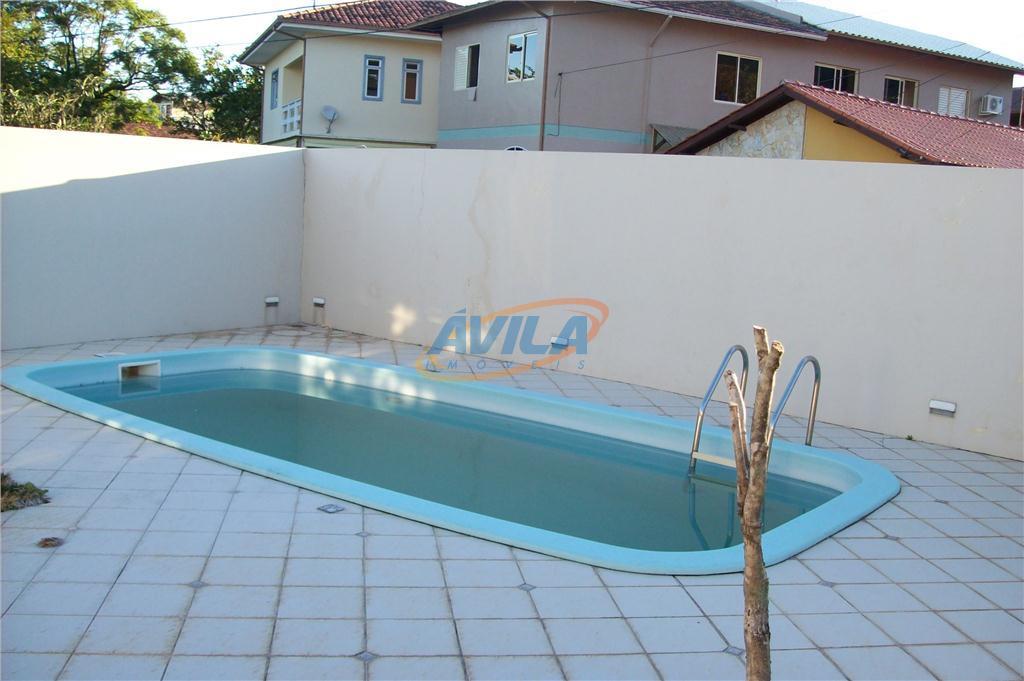 linda e ampla residencia com piscina na beira da lagoa da conceição, com trapiche para barco....