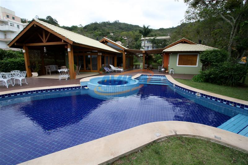 uma da mais belas residencias da lagoa. maravilhoso e amplo terreno na beira da água e...