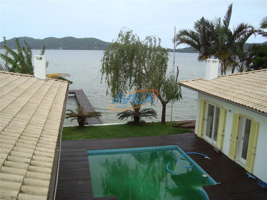 linda residência de frente para a lagoa com trapiche particular. cinco suítes, 3 independentes, uma com...