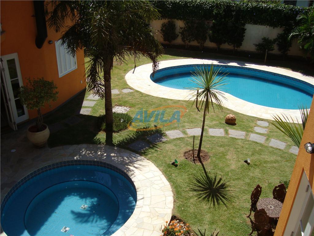 condomínio fechado com área de lazer, porteiro 24 horas, etc... jardim com piscina integrado ao living....