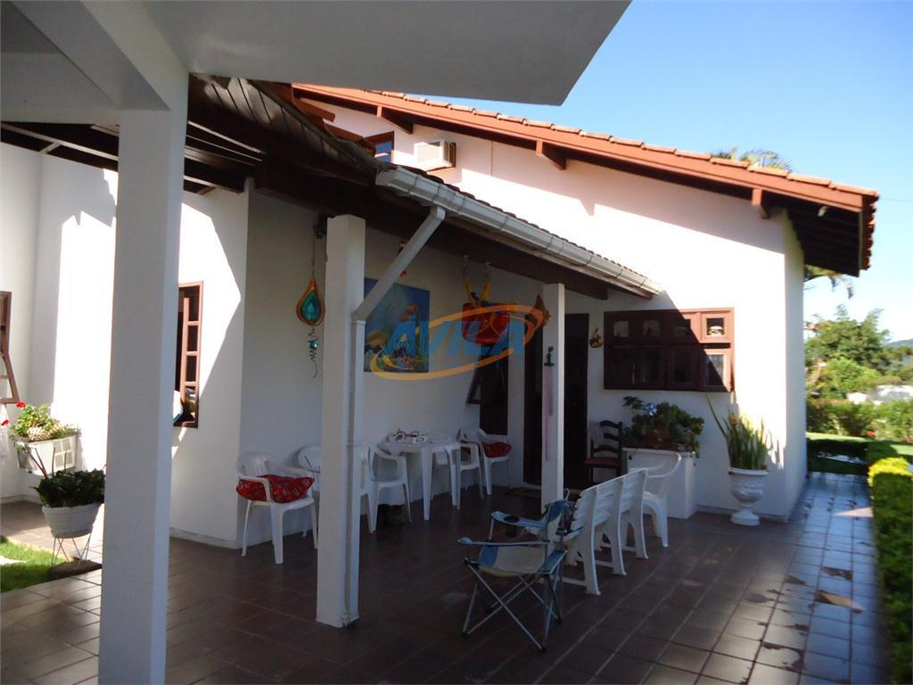 casa ensolarada e ampla em terreno com localização privilegiada no centro da lagoa da conceição. imóvel...