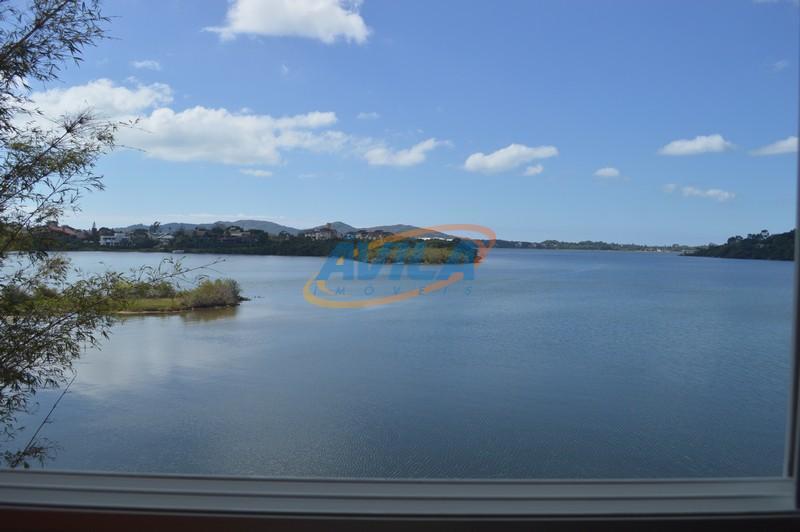 maravilhosa residência na beira da lagoa com deslumbrante vista. trapiche, churrasqueira, piscina, deck, bar com salão,...