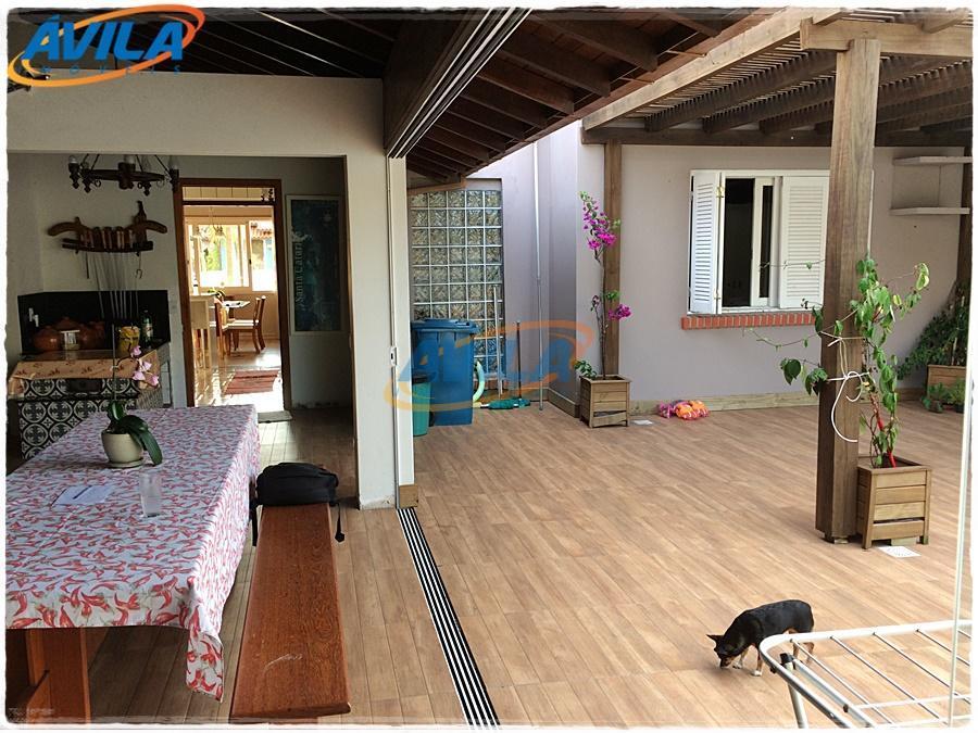 residência luminosa, com sol da manhã e a tarde, perto dos bancos, farmácias, mercados, cafés, restaurantes,...