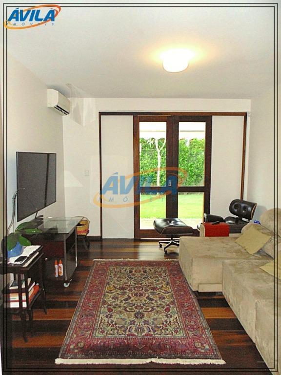"""""""esta é uma casa especial. são mais de trezentos metros quadrados construídos na rua central do..."""