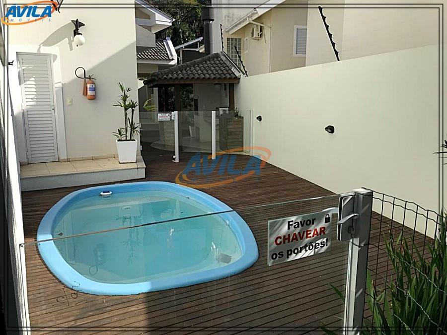 casa geminada em condomínio com piscina, varanda fechada com churrasqueira e a poucos metros da lagoa...