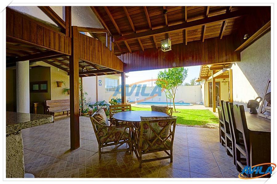 residência boa, ampla, excelente iluminação natural, muito bem conservada em terreno plano e a uns 300...