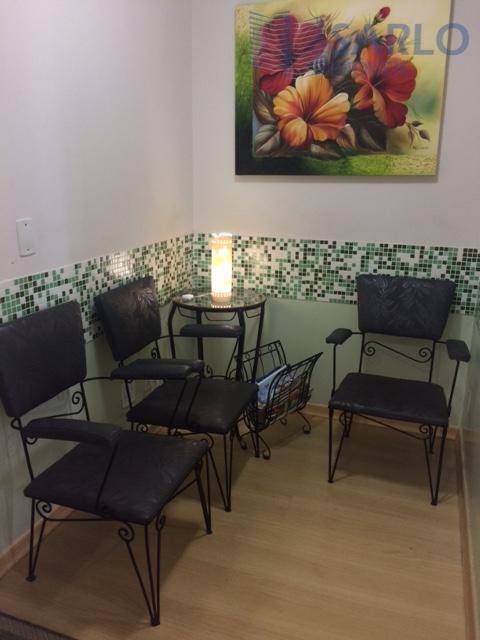 Espaçosa sala comercial de 62,06 m² c/ 2 banheiros, copa, cozinha, recepção, armários em todos ambientes!