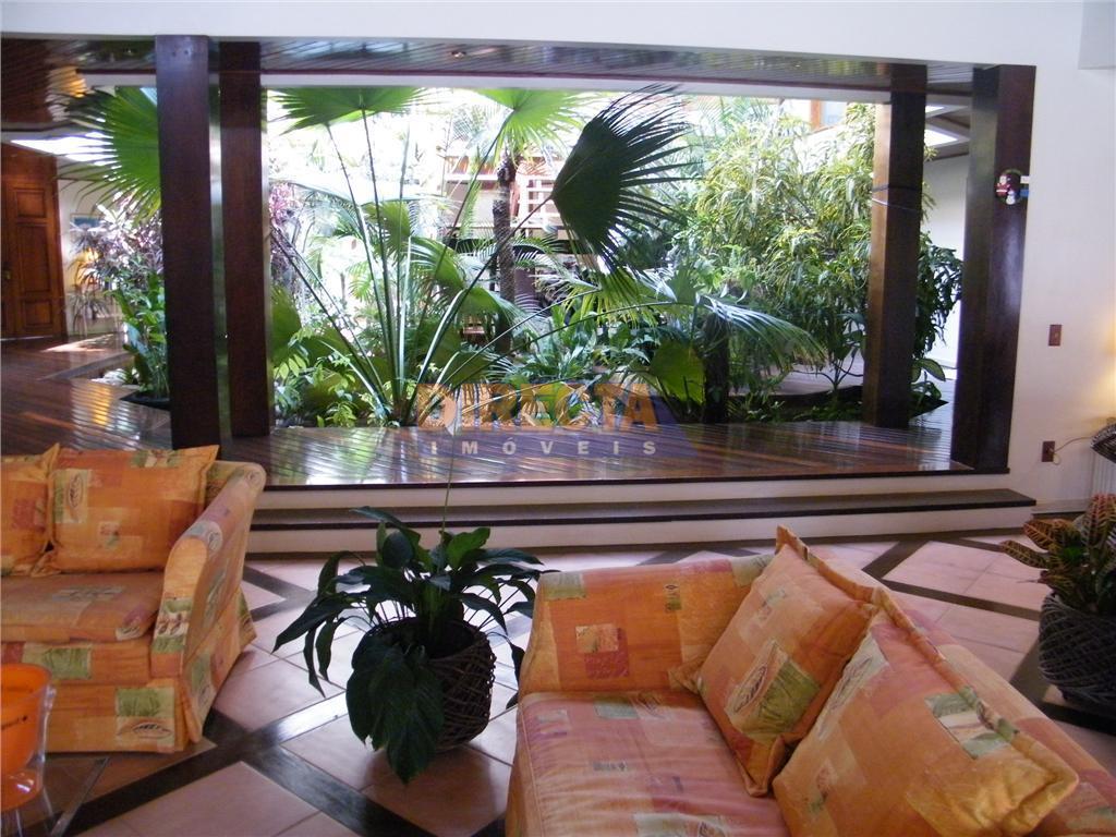 casa em jurerê internacional com jardim de inverno no interior da casa acolhendo 3 suítes, hidromassagem...
