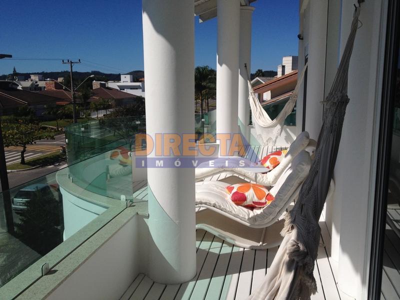 casa à venda 200 m do mar de jurerê internacional, com 4 suítes, salas de estar,...