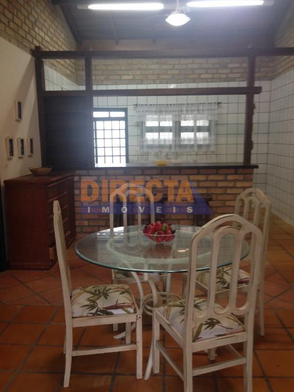 casa à venda na praia da daniela, florianópolis.casa de praia, semi-mobiliada, sala/copa/cozinha com pé direito alto,...