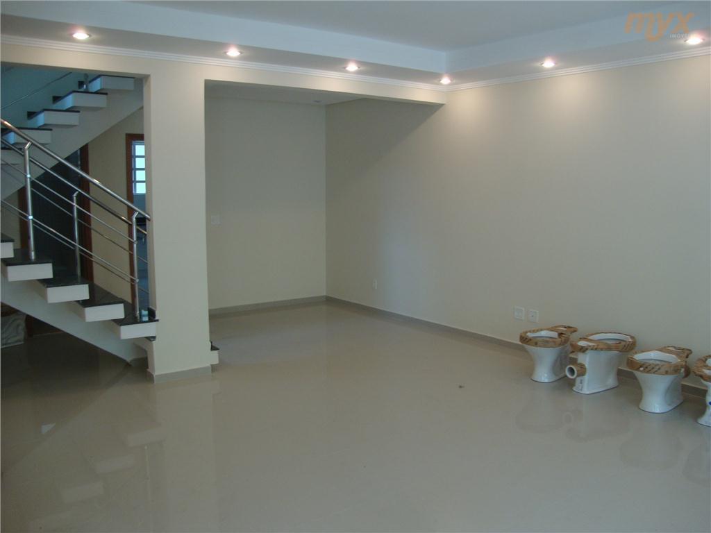 térreo:sala p/ 2 ambientes;cozinha;wc empregada;quintal; 1°andar:03 dormitórios c/suíte e closet;sala íntima;escadaria em granito; 2°andar:1 salão;wc;piscina e churrasqueira.