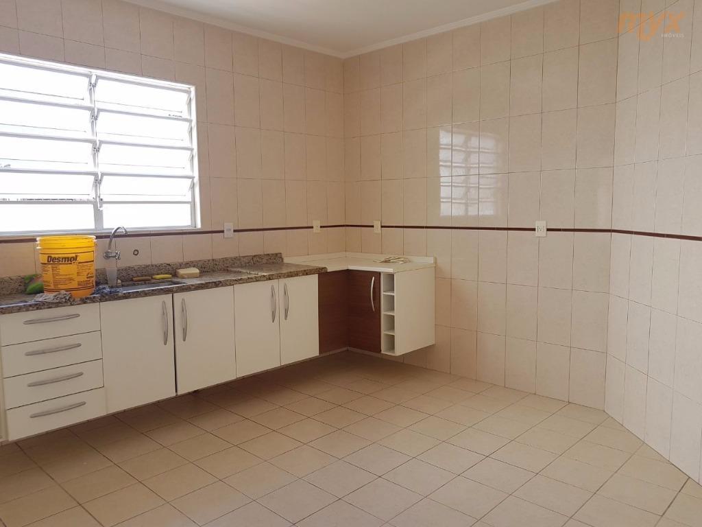 casa sobreposta alta de 3 dormitorios, semi-nova, com 1 suite, varanda, e 1 vaga de garagem