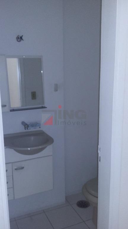 30 m², 1 vaga coberta, 1 banheiro, divisória em madeira branca com armários em ambos os...