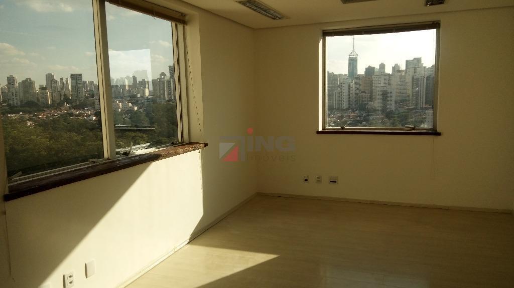 sala comercial com 30 m², vão livre, um banheiro, copa e uma vaga.piso de carpete de...