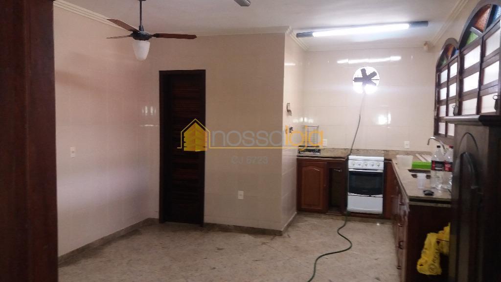 ótima casa linear, toda gradeada, com câmera de circuito interno de tv, alarme com sensor em...