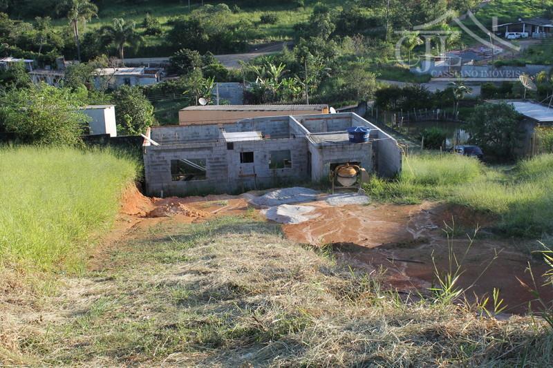 Terreno com casa em construção em Biritiba Mirim.