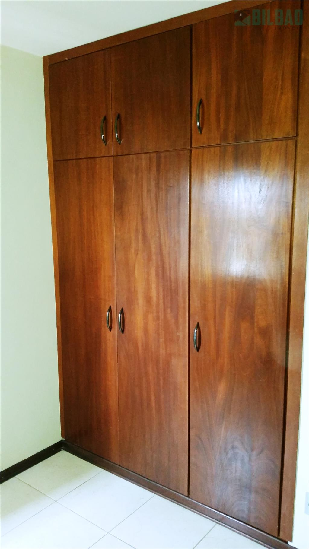 amplo apartamento totalmente reformado, com 3 dormitórios, armários embutidos, piso frio, armários na cozinha e uma...