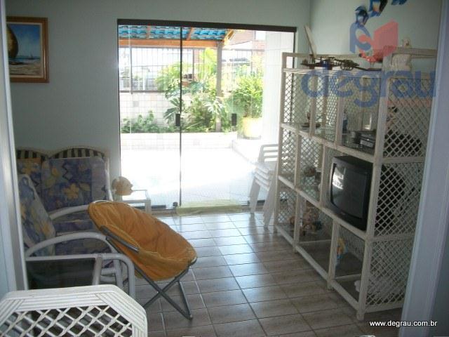 Cobertura à venda na Praia da Enseada, com piscina e churrasqueira no terraço.