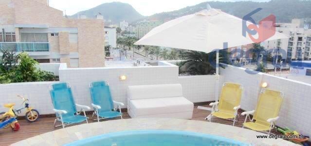 Enseada, cobertura com 2 dormitórios (1 suíte), terraço com piscina e churrasqueira.