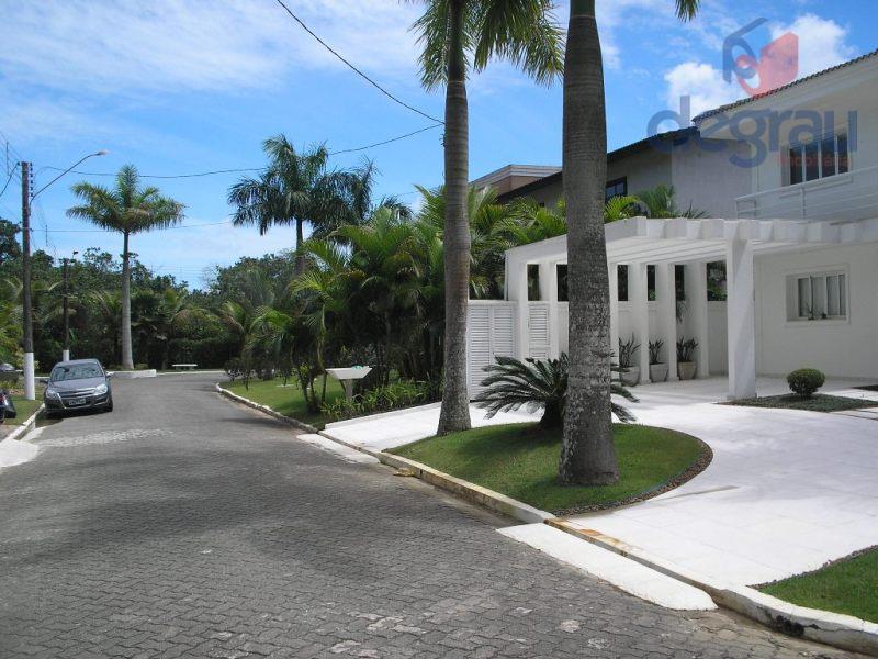 Casa ampla, 4 suítes, lazer com piscina e churrasqueira.