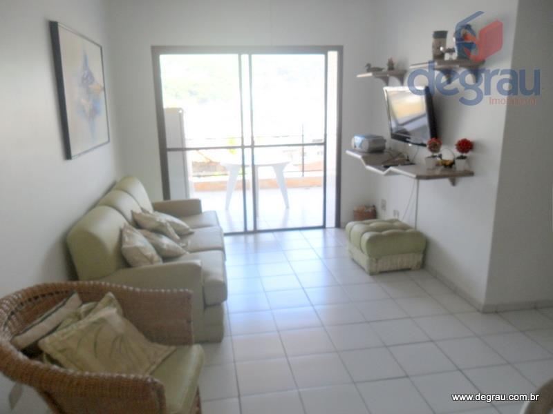 Apartamento mobiliado com sacada estendida.
