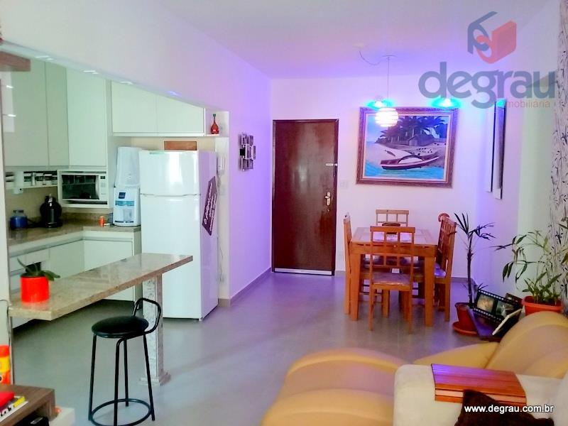 Apartamento reformado, piso em porcelanato e armários planejados.