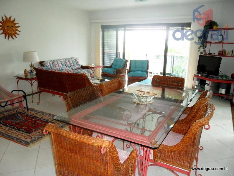 Locação anual: Apartamento mobiliado, com vista para o mar, 100 metros da praia e prédio com lazer.