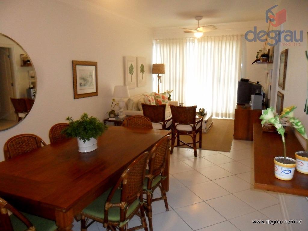 Enseada, apartamento reformado e mobiliado, prédio com lazer.