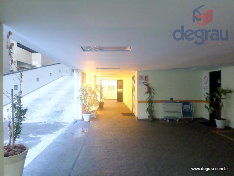 Pitangueiras, 2 dormitórios + dependência de serviço, 2 vagas e prédio com lazer.