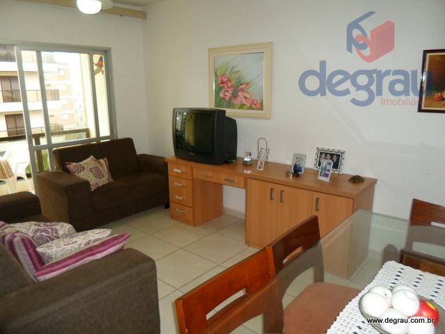Apartamento à venda na Praia da Enseada, prédio com serviço de praia.