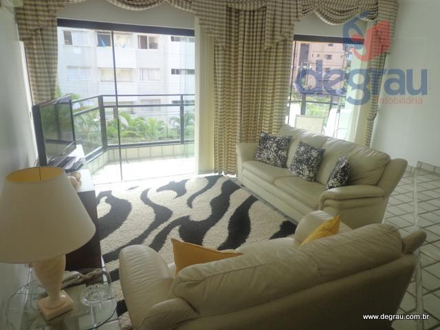 Apartamento na Praia da Enseada, 3 suítes e 3 vagas de garagem..