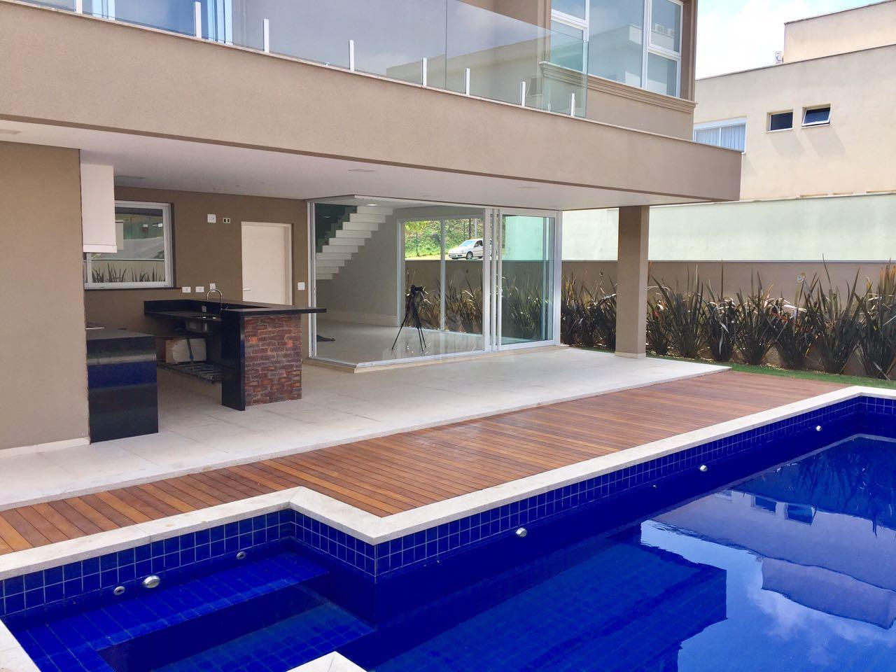 Impecável nos detalhes. Casal com 444 m2 com 4 suítes, repleta de armários. Com 7 vagas. Area Gourmet e piscina.
