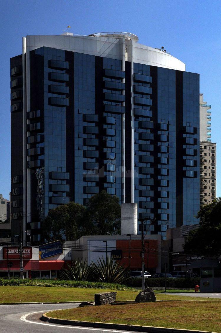 sala comercial de 81 m2 com 2 vagas em prédio moderno em localização central em alphaville....