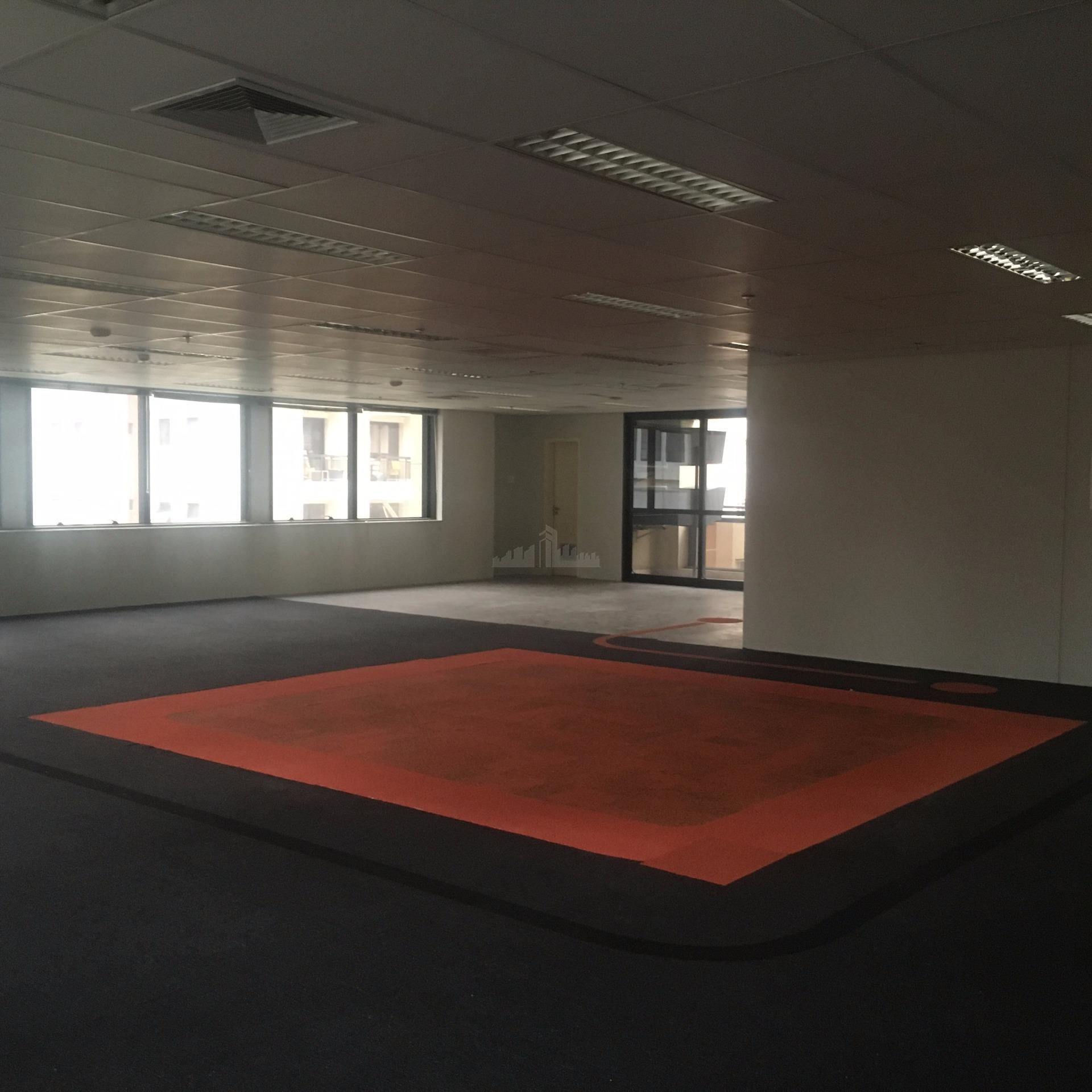 conjunto com 241m² com 9 vagas, com carpete de madeira, mobiliário dos banheiros e copa, forro...