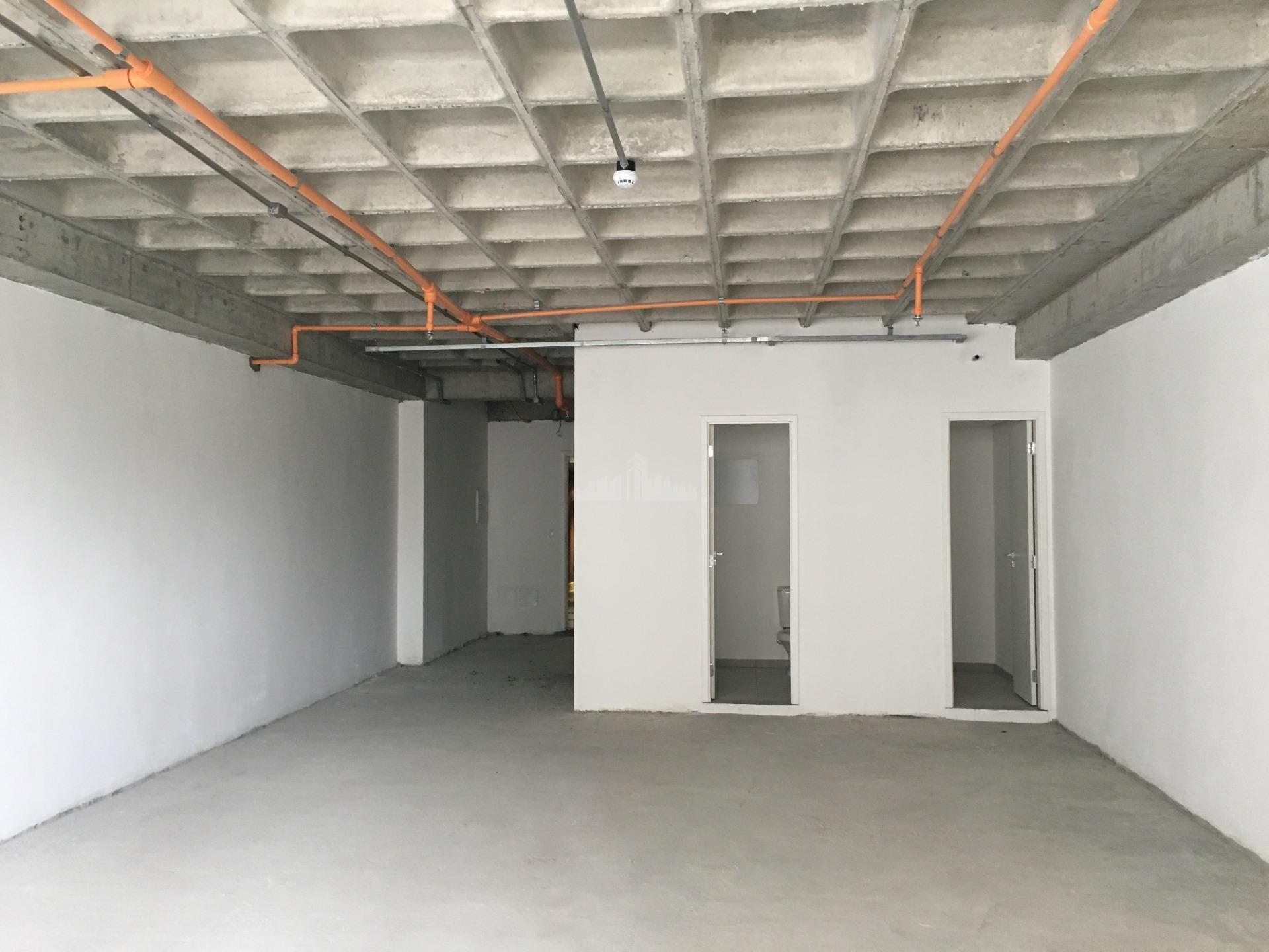 sala comercial com 455 m², piso elevado e 11 vagas na garagem.