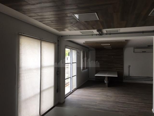 conjunto comercial 190m² com piso de madeira, 1 copa com armários, mesas persianas, luminárias, cabeamento e...