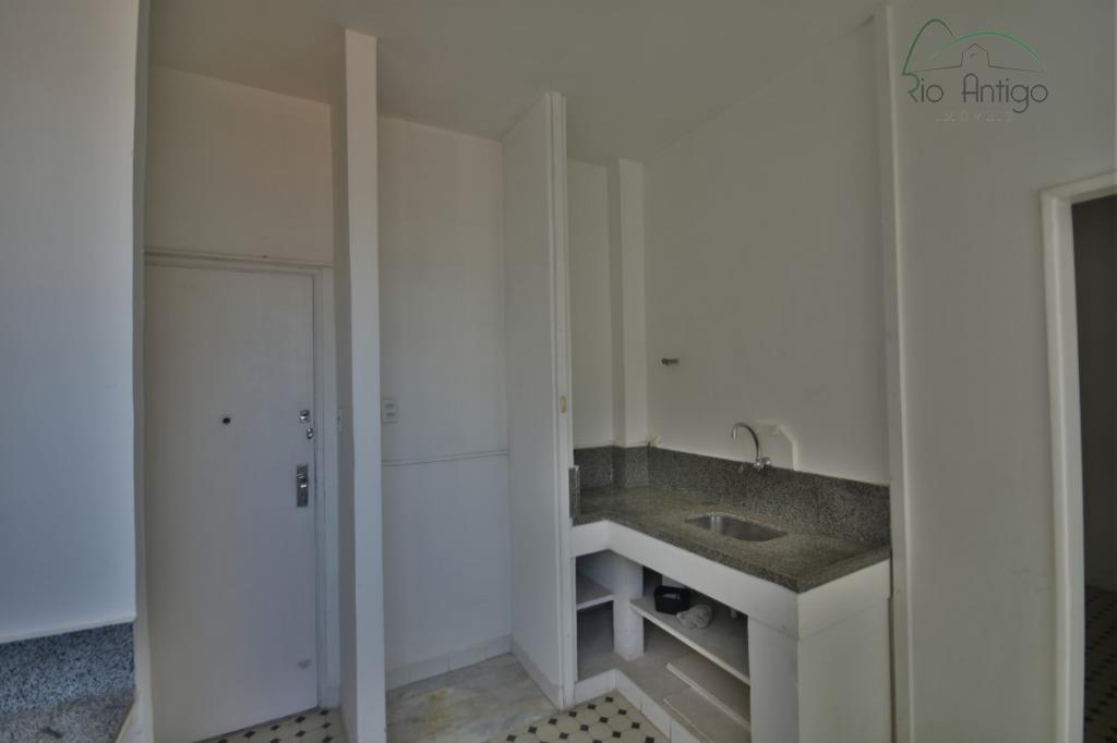 excelente oportunidade na rua júlio de castilhos. apartamento composto por salão, 03 quartos sendo 01 suíte,...