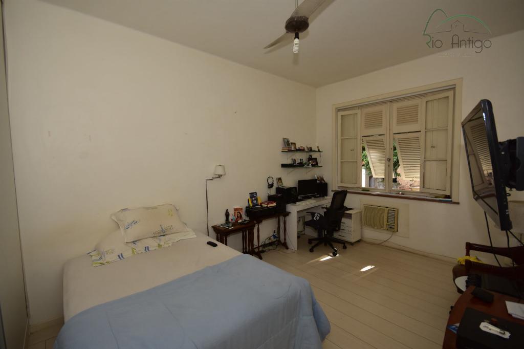 excelente apartamento em prédio clássico de centro de terreno arborizado. imóvel composto por salão com varanda,...
