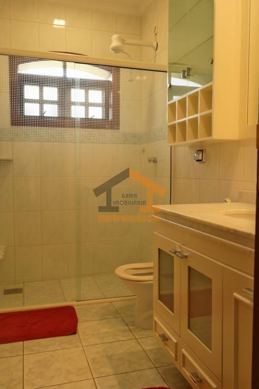 casa com ampla sala com pé direito duplo com 3 ambientes (lareira) e mezanino com sacada,...