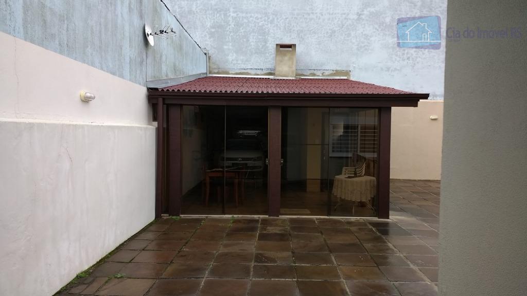 trata-se de uma casa térrea de alvenaria com três dormitórios, sendo um suíte, banheiro social, circulação,...