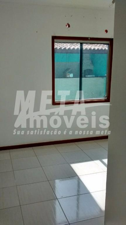 casa c/ 2 qtos(1 suíte), 2wc, sala, cozinha, área de serviço, piso cerâmico, 2 vagas (1...